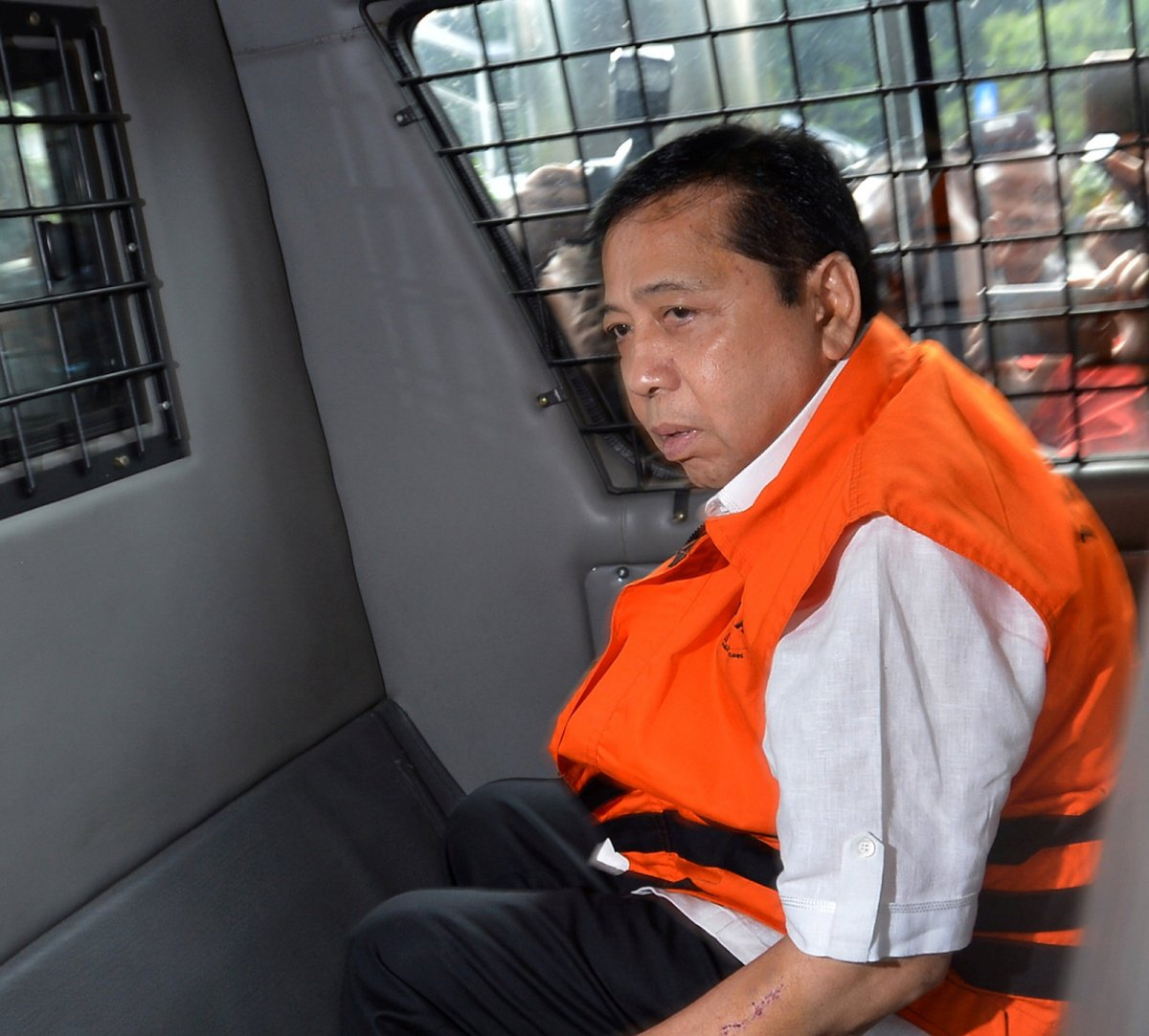 Indonesian parliament speaker Setya Novanto, is escorted from the Corruption Eradication Commission (KPK) building in Jakarta, Indonesia November 21, 2017. Photo: Antara Foto via Reuters/Wahyu Putro