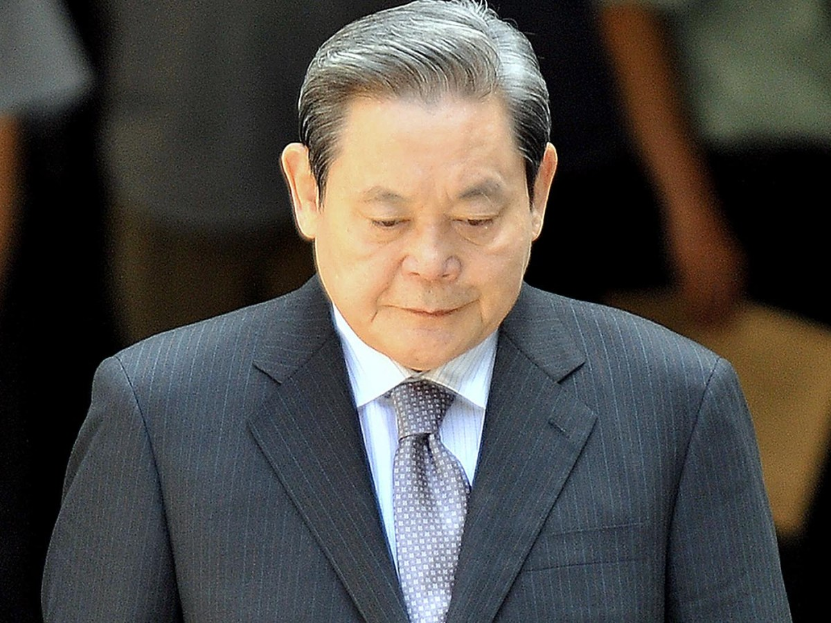 Lee Kun-Hee, former Samsung Group chairman, leaves after his trial at the Seoul High Court in Seoul on August 14, 2009. Photo: AFP
