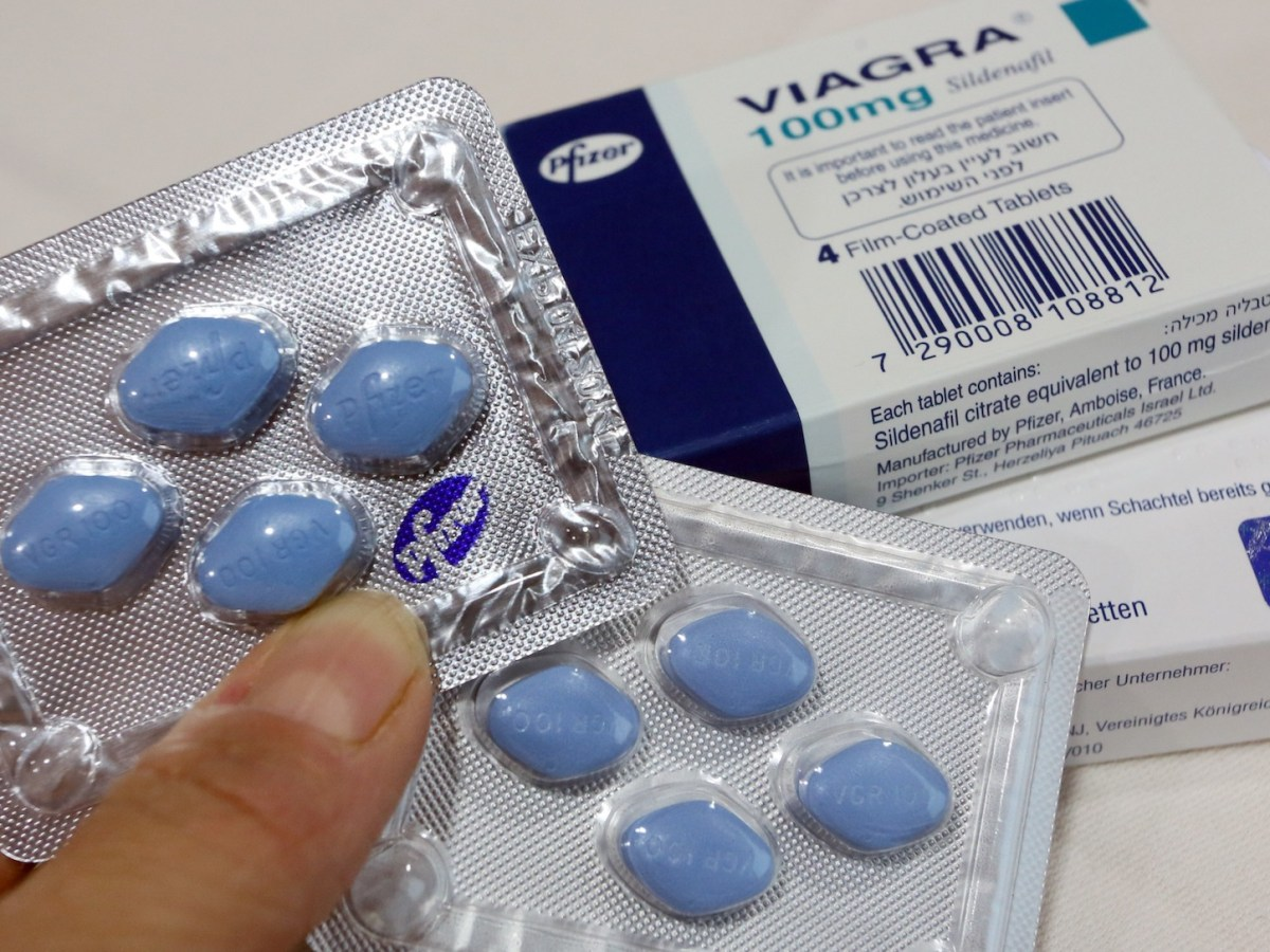 Original (R) and fake viagra pills are presented at a press conference on counterfeit medicines. Photo: AFP/Stephanie Pilick