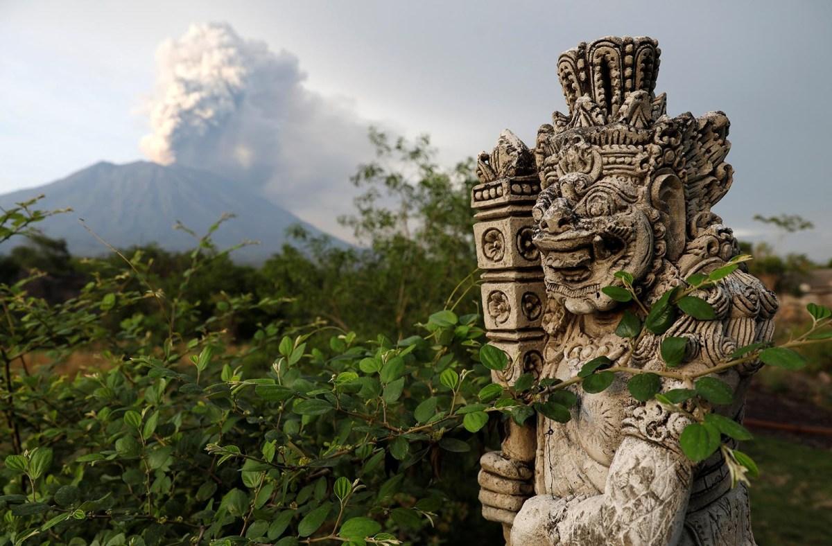 Mount Agung volcano erupts near Kubu in Karangasem Regency, Bali, Indonesia, on November 28, 2017. Photo: Reuters/Darren Whiteside