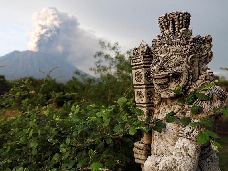 Mount Agung volcano erupts near Kubu in Karangasem Regency, Bali, Indonesia, on November 28, 2017. Photo: Reuters/Darren Whiteside