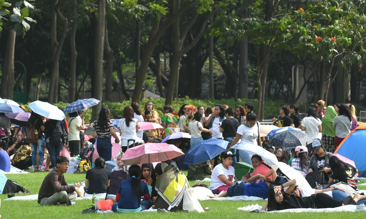 Domestic workers relax in Hong Kong's Victoria Park. Photo: HK Government
