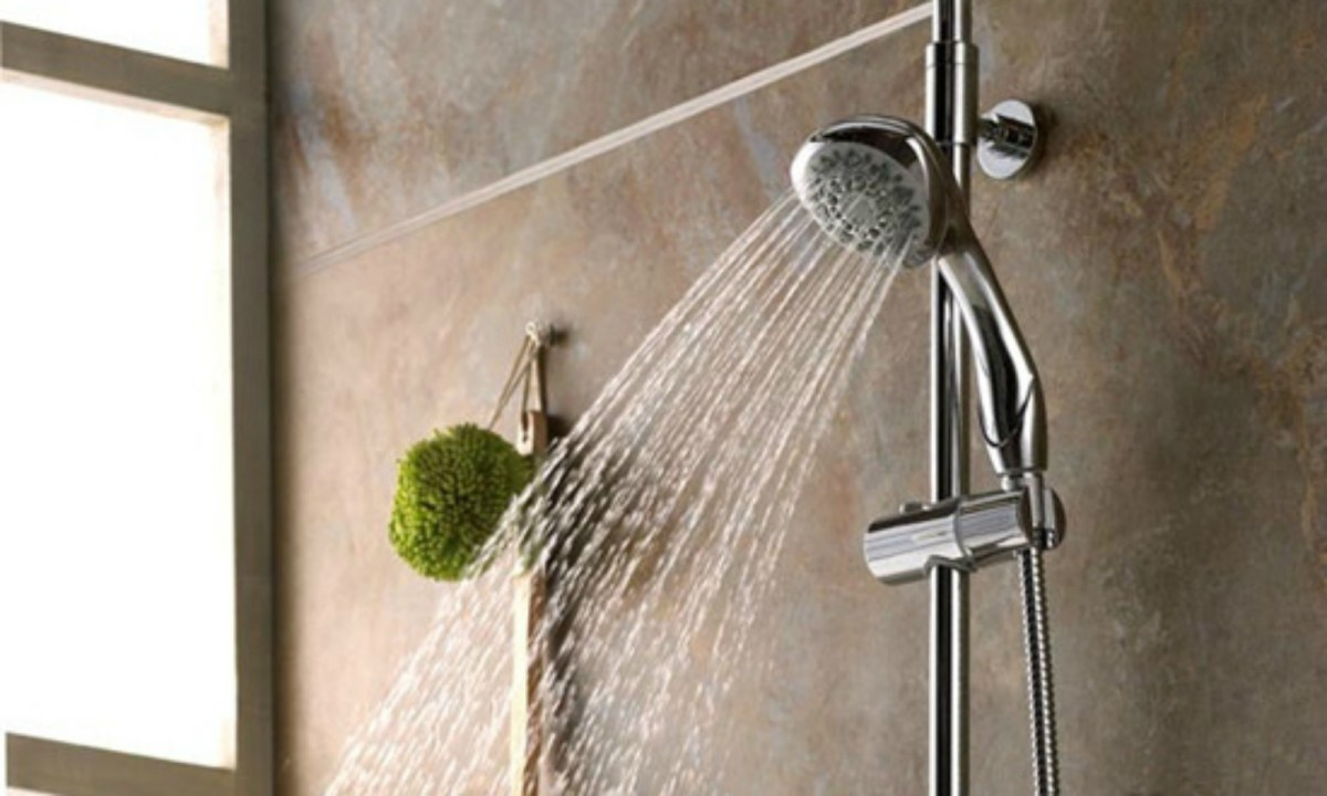 It is normal to take a shower two or three times a day. Photo: zixun.jia.com