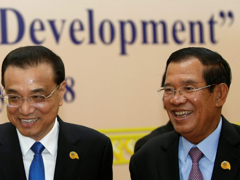 "Chinese Premier Li Keqiang and Cambodia's Prime Minister Hun Sen arrive at the second Mekong-Lancang Cooperation leaders meeting, under the theme ""Our River of Peace and Sustainable Development"", in Phnom Penh, Cambodia January 10, 2018. Photo: Reuters/Samrang Pring"