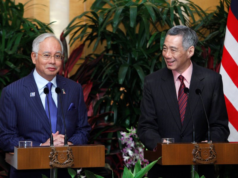 Malaysia's Prime Minister Najib Razak with Singapore's Prime Minister Lee Hsien Loong (R) in Singapore in s file photo Reuters/Edgar Su