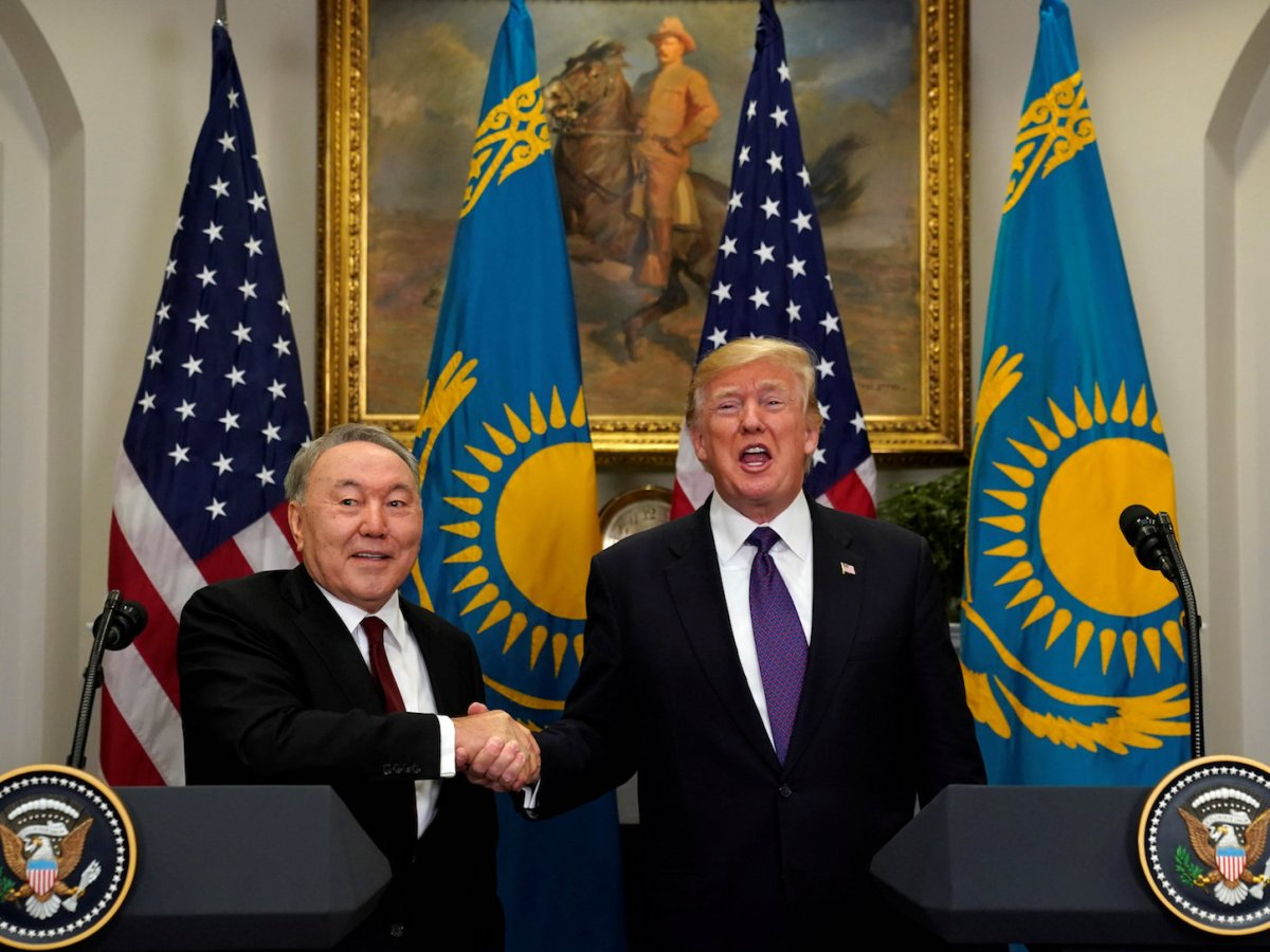 US President Donald Trump and Kazakh President Nursultan Nazarbayev shake hands in the Roosevelt Room of the White House on January 16, 2018. Photo: Reuters / Kevin Lamarque
