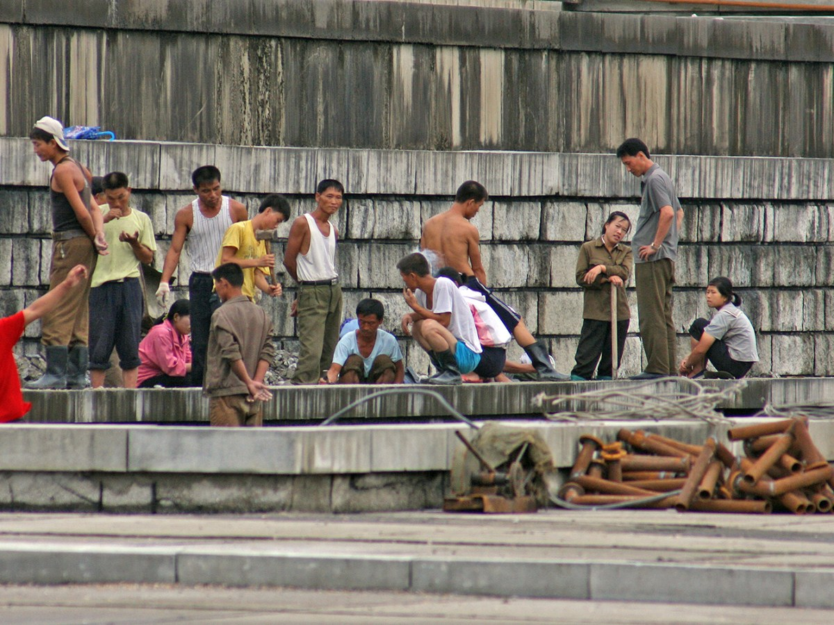 North Koreans laboring near the Taedong River in North Korea. Photo: Roman Harak
