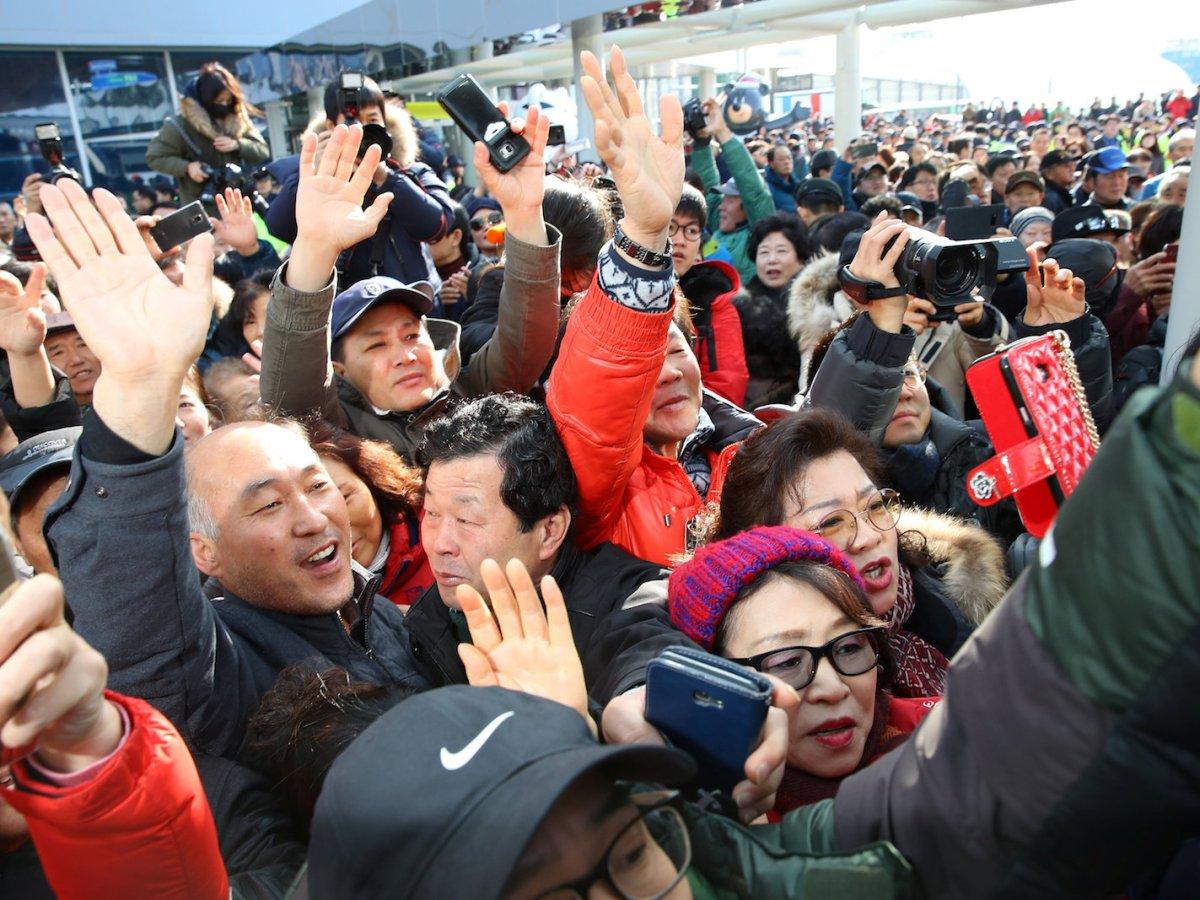 South Koreans greet Hyon Song Wol, head of North Korea's Samjiyon Orchestra, at a railway station in Gangneung, South Korea, January 21, 2017. Photo: Yang Ji-woong/Yonhap via Reuters