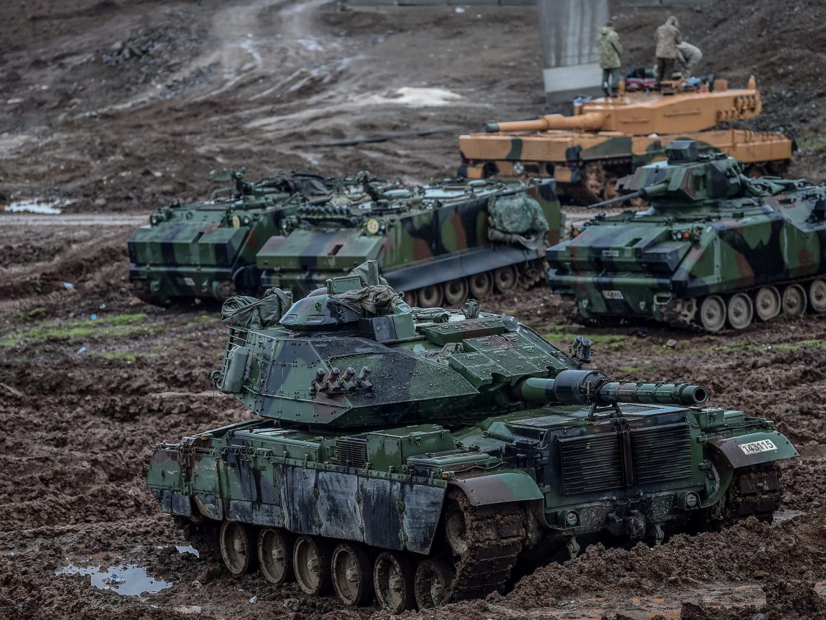"""Turkish army tanks stationed near the Syrian border in operation """"Olive Branch"""". Photo: AFP / Ozan Kose"""