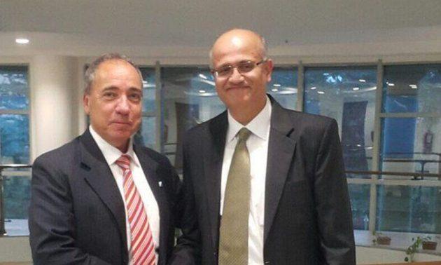 印度外交部长顧凱傑(右)与一名以色列外交官合照 相片: Twitter