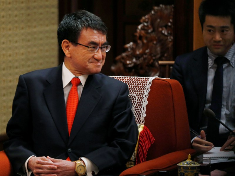 Japanese Foreign Minister Taro Kono listens to Chinese Premier Li Keqiang during their meeting at the Zhongnanhai Leadership Compound in Beijing, Sunday, Jan. 28, 2018. Photo: Reuters/Andy Wong