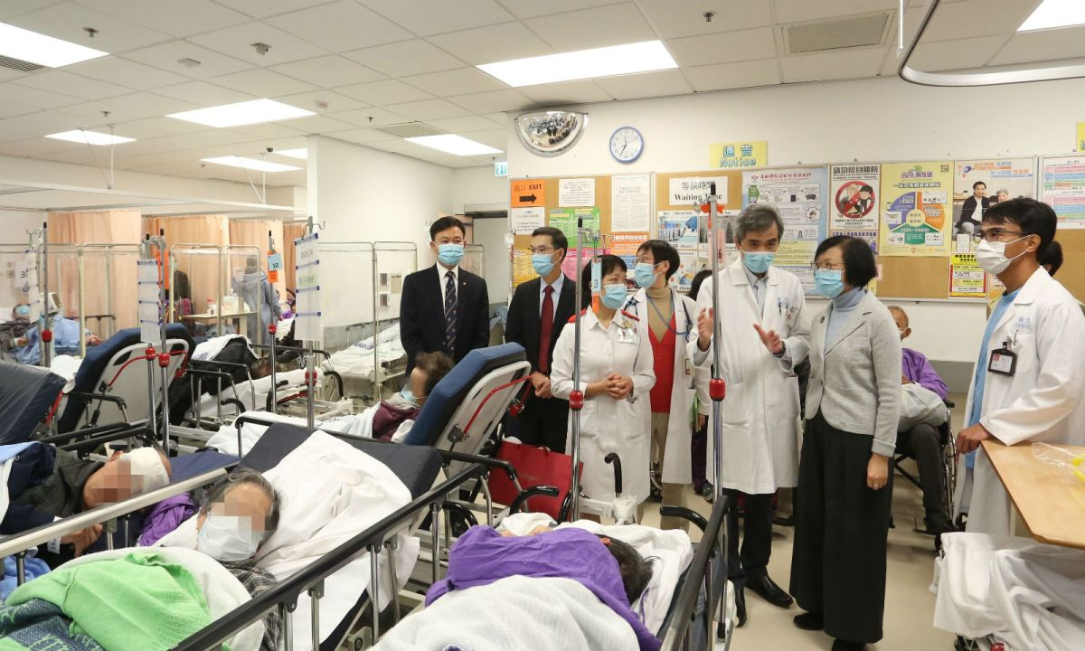 Sophia Chan (second right), Hong Kong secretary of food and health, and management of the Hospital Authority observe emergency-room patients awaiting admission. Photo: HK Government