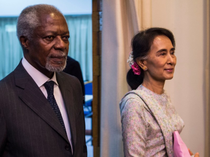 Former UN secretary general Kofi Annan (L) and Myanmar State Counsellor and Foreign Minister Aung San Suu Kyi (R) arrive at the National Reconciliation and Peace Centre in Yangon on September 5, 2016. / AFP PHOTO / ROMEO GACAD