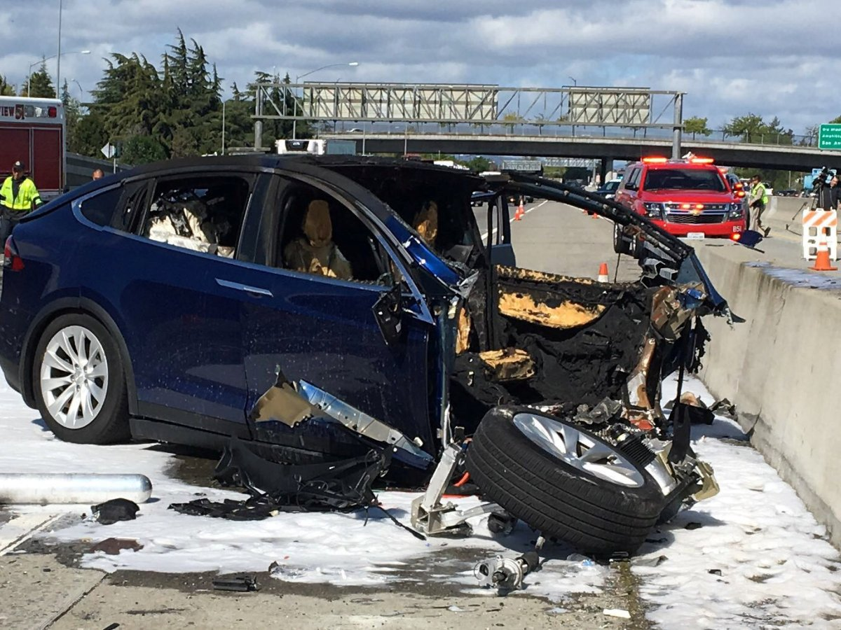 Rescue workers attend the scene where a Tesla electric SUV crashed into a barrier on US Highway 101 in Mountain View, California, on March 25, 2018. Photo: KTVU FOX 2 via REUTERS