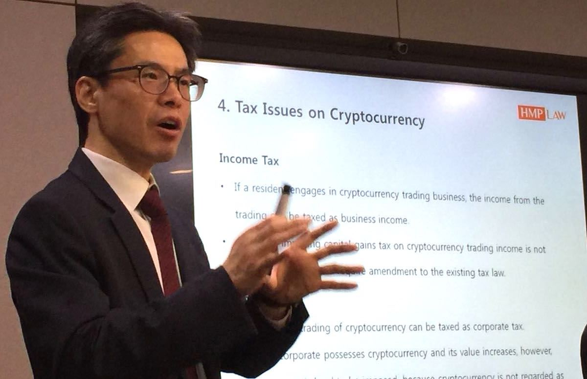 Ahn Chan-sik, who leads the Tech and Comms practice at law firm Hwang, Mok, Park, briefs investors and reporters on the regulatory landscape for cryptos on Monday. Photo Andrew Salmon