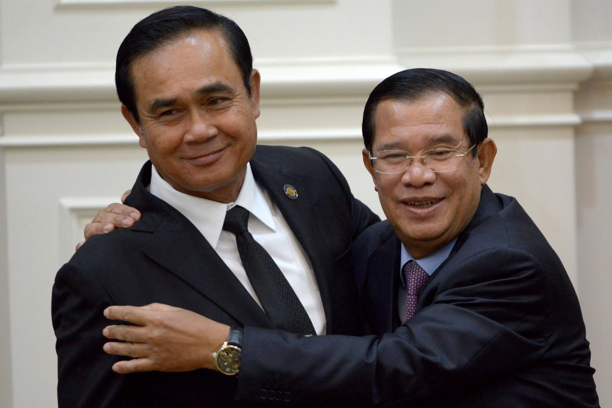 Cambodia's Prime Minister Hun Sen (R) hugs Thailand's Prime Minister Prayut Chan-O-Cha (L) during a signing ceremony at the Peace Palace in Phnom Penh on September 7, 2017. Photo: AFP/Tang Chhin Sothy