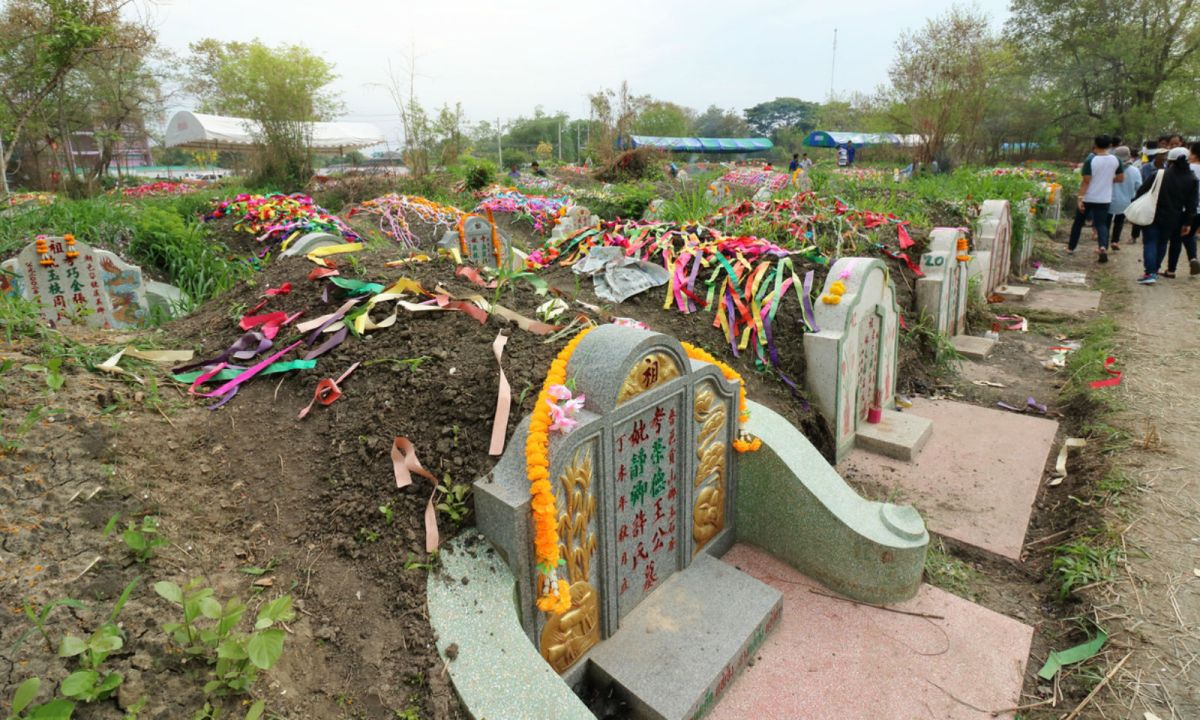 People traditionally go cleaning and sweeping ancestors' graves on the Ching Ming Festival. Photo: iStock