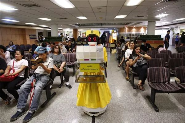 A Chinese-made robot delivers medical records inside a hospital in Bangkok. Photo: Xinhua