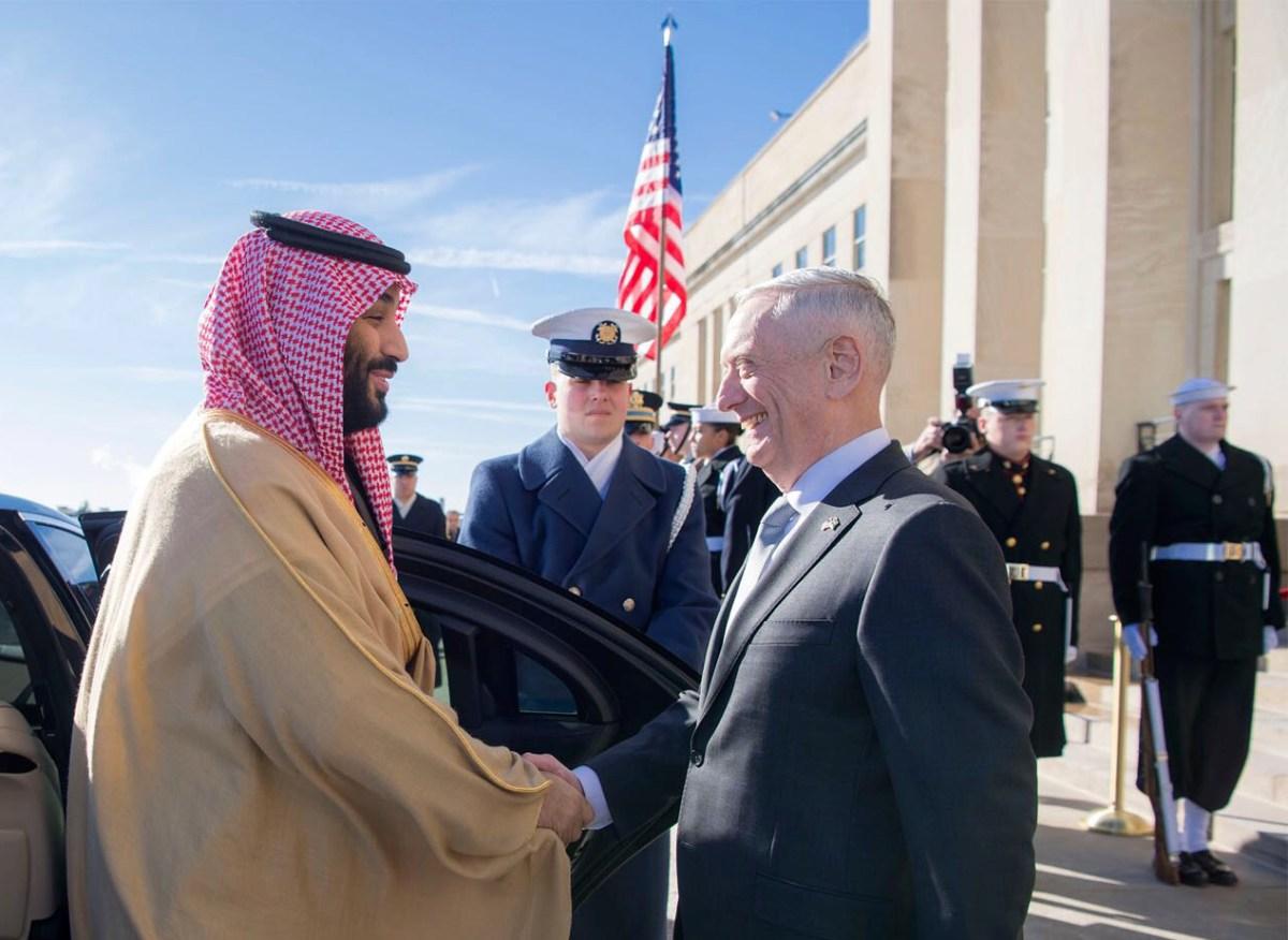 ولي العهد السعودي محمد بن سلمان يصافح وزير الدفاع الأمريكي جيمس ماتيس في مارس/آذار. صورة: AFP