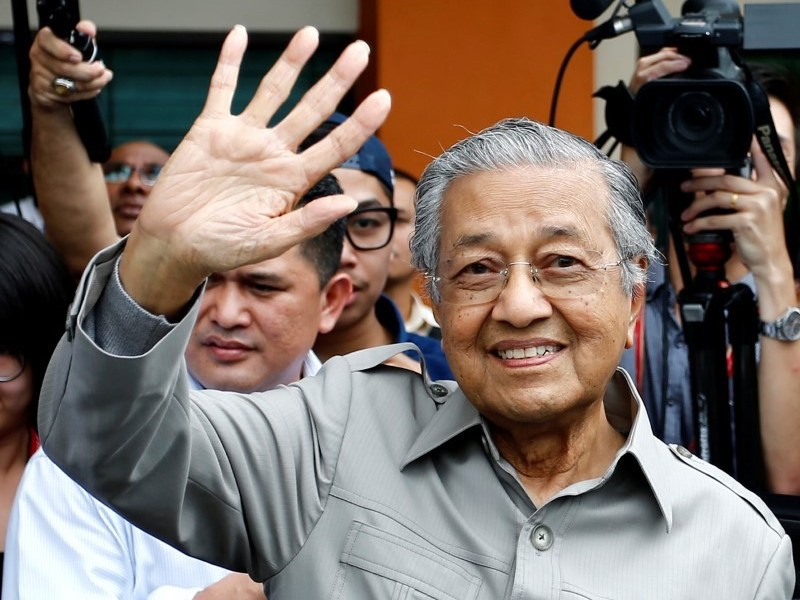 Former Malaysian Prime Minister Mahathir Mohamad waves after bring stopped from visiting jailed opposition leader Anwar Ibrahim who is recuperating from a surgery at Cheras Rehabilitation Hospital in Kuala Lumpur, Malaysia January 10, 2018. Photo: Reuters/Lai Seng Sin