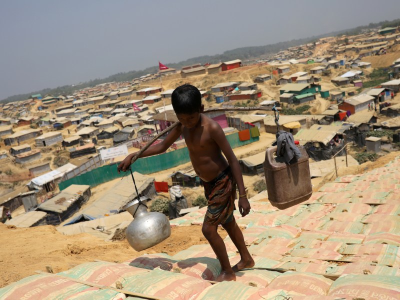 A Rohingya refugee boy carries water in the Kutupalong refugee camp, in Cox's Bazar, Bangladesh March 22, 2018. Photo: Reuters/Mohammad Ponir Hossain