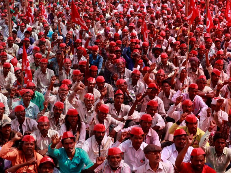 Thousands of farmers shout slogans against the government at a rally organized by the All India Kisan Sabha in Mumbai on March 12. Photo: Reuters / Danish Siddiqui