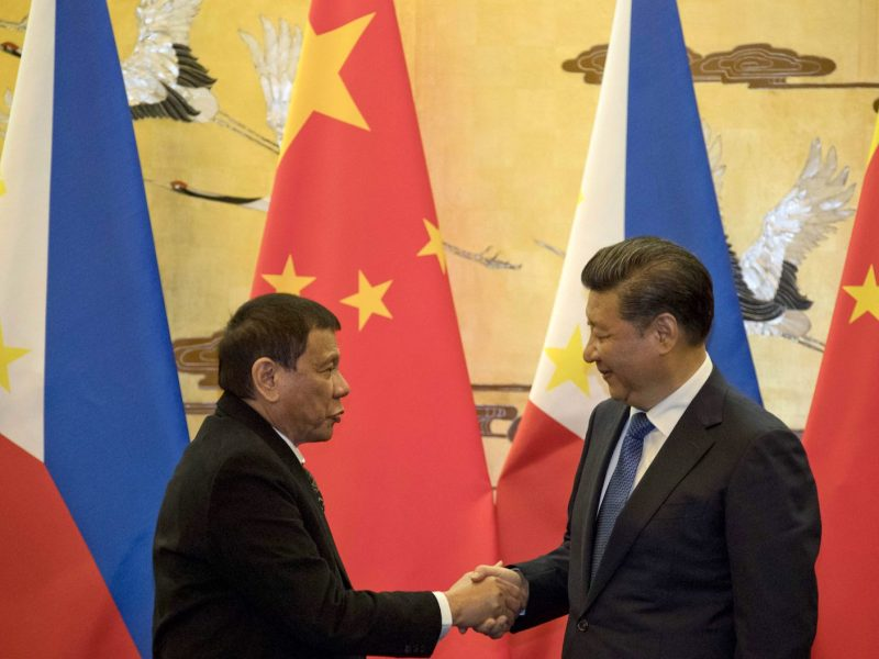 Philippines' President Rodrigo Duterte (L) and his Chinese counterpart Xi Jinping shake hands after a signing ceremony in Beijing on October 20, 2016. Photo: AFP/Pool