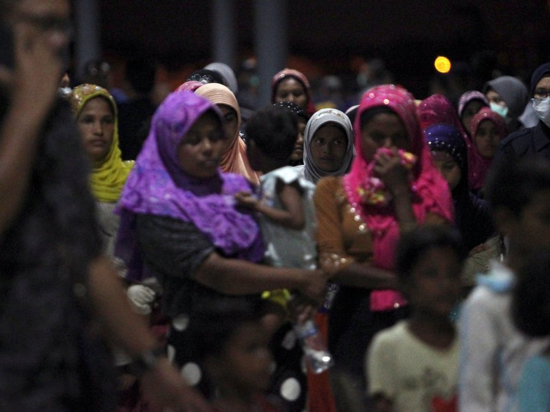 Rohingya refugees who were intercepted by Malaysian Maritime Enforcement Agency off Langkawi island are escorted as they are handed over to immigration authorities, at the Kuala Kedah ferry jetty in Malaysia April 3, 2018. Photo: Reuters / Stringer
