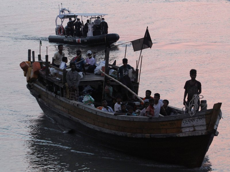 Rohingya refugees who were intercepted by Malaysian Maritime Enforcement Agency off Langkawi island are escorted in their boat as they are handed over to immigration authorities, at the Kuala Kedah ferry jetty in Malaysia, April 3, 2018. Photo: Reuters/Stringer