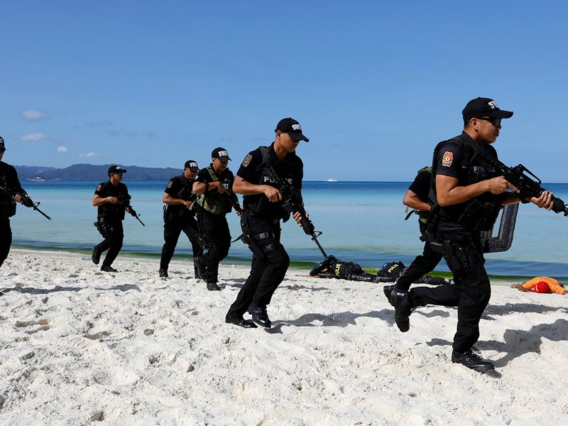 SWAT team members take part in a hostage taking drill a day before the temporary closure of the holiday island Boracay, in the Philippines April 25, 2018. Photo: Reuters/Erik De Castro