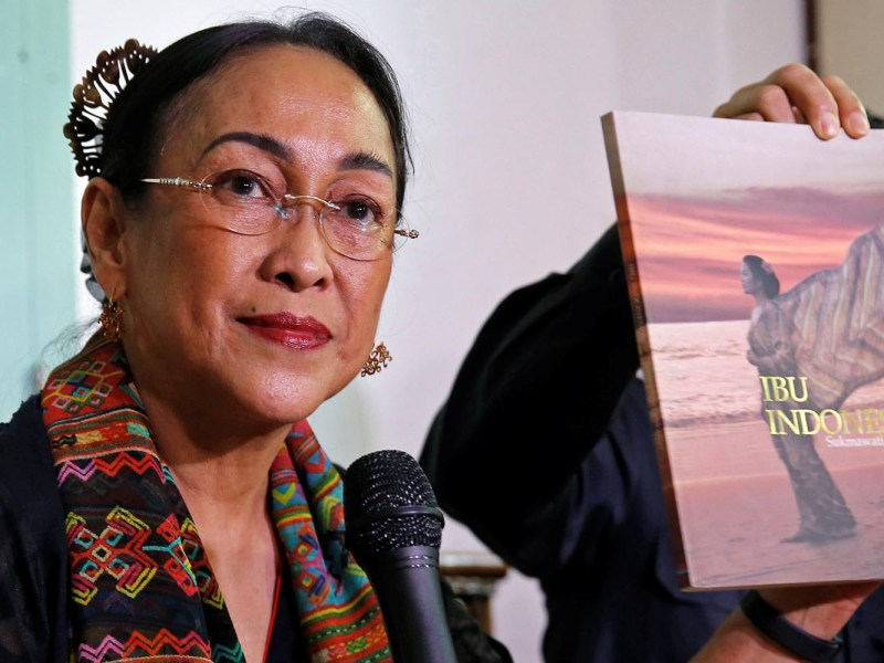 Sukmawati Sukarnoputri, sister of former Indonesian President Megawati Sukarnoputri, shows her book to reporters in Jakarta on April 4, 2018. Photo: Reuters/Beawiharta