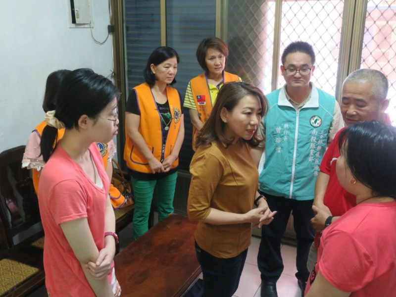 DPP Nantou County Councilor Lo Mei-lin (center) paid a visit to the husband and his wife (right). Photo: Facebook/DPP in Nantou