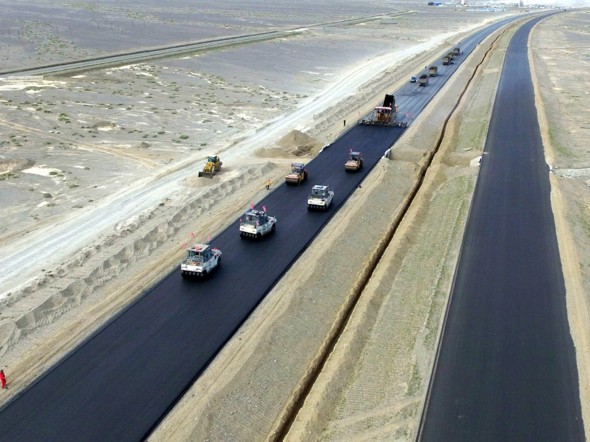 Road rollers level asphalt paved on the Jingxin Expressway in Northwest China's Xinjiang Uygur Autonomous Region. Photo: AFP