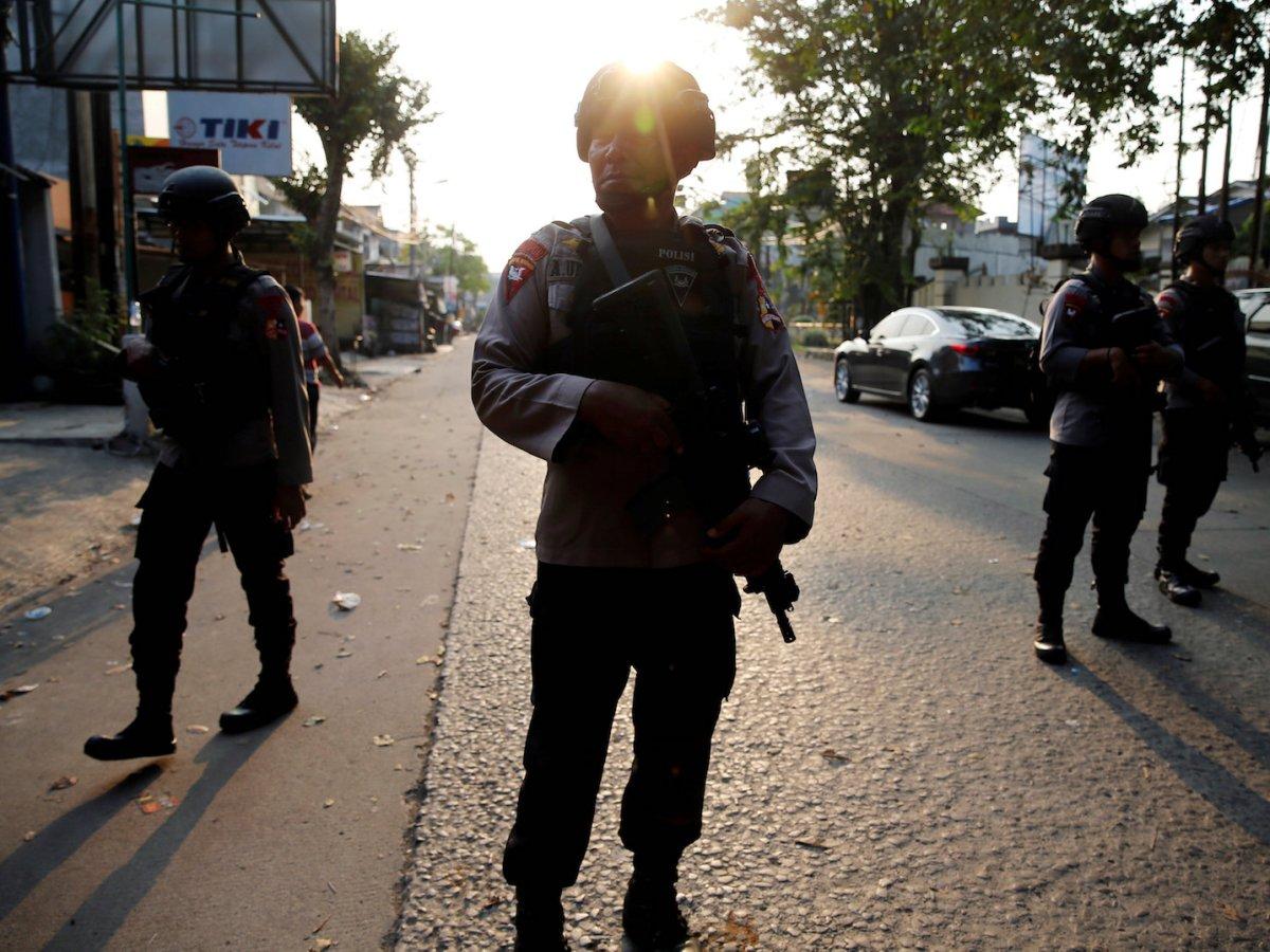 A group of mobile brigade policemen patrols near the Mobile Police Brigade (Brimob) headquarters in Depok, south of Jakarta, Indonesia, May 9, 2018. Photo: Reuters/Beawiharta