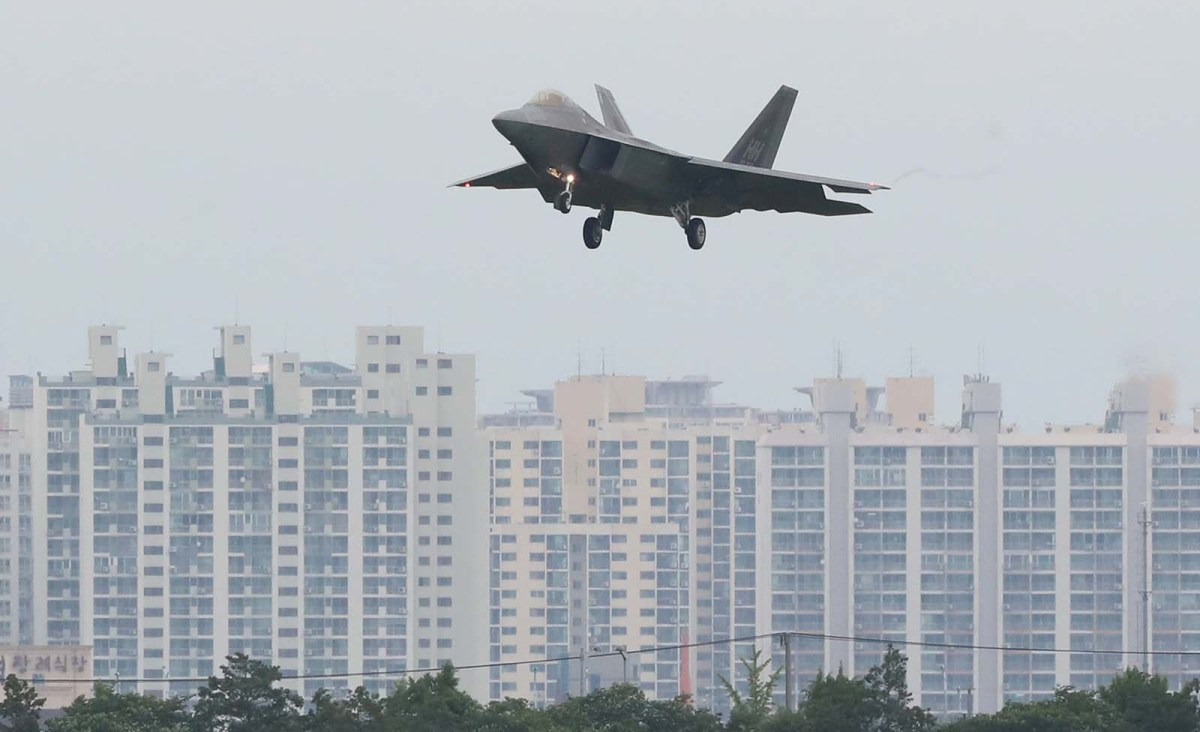 A US Air Force F-22 Raptor fighter jet flies over an apartment complex in Gwangju, South Korea, on May 16, 2018. Photo: Yonhap via Reuters