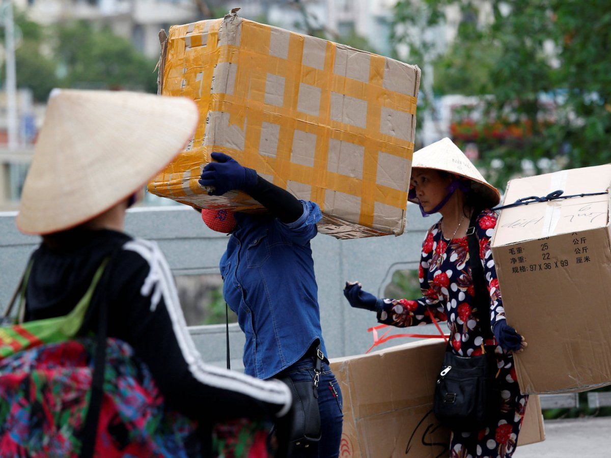 Vietnamese women carry goods on Bac Luan bridge, a border gate in Mong Cai city, Vietnam, April 12, 2018. Photo: Reuters/Kham