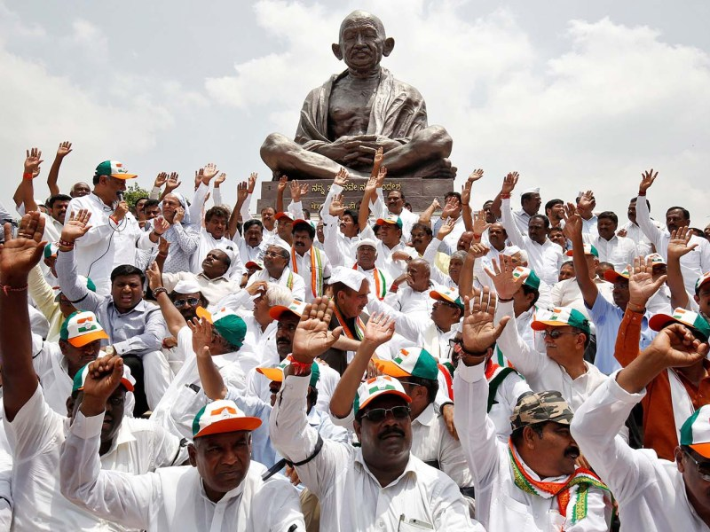 Lawmakers from India's main opposition Congress party and the Janata Dal (Secular) protest against the Bharatiya Janata Party's B S Yeddyurappa's swearing-in as chief minister of the southern state of Karnataka, in Bengaluru on May 17, 2018. Photo: Reuters/Abhishek N Chinnappa