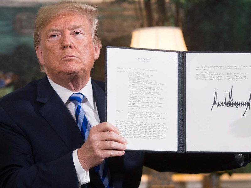 US President Donald Trump shows the document reinstating sanctions against Iran. Photo:  AFP / Saul Loeb