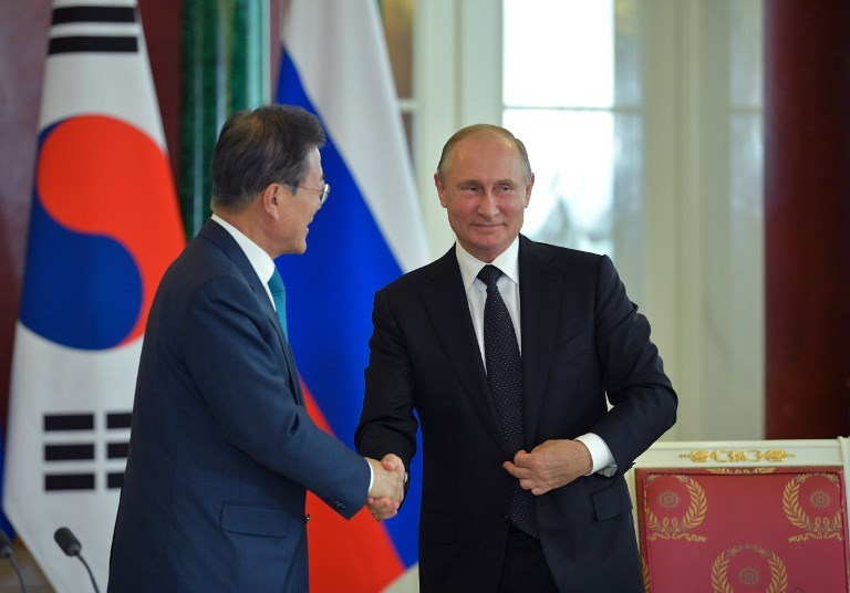 Russian President Vladimir Putin (right) and his South Korean counterpart Moon Jae-In, during a press conference on the outcome of their meeting in the Kremlin on June 22, 2018. Photo: Alexei Druzhinin / Sputnik via AFP
