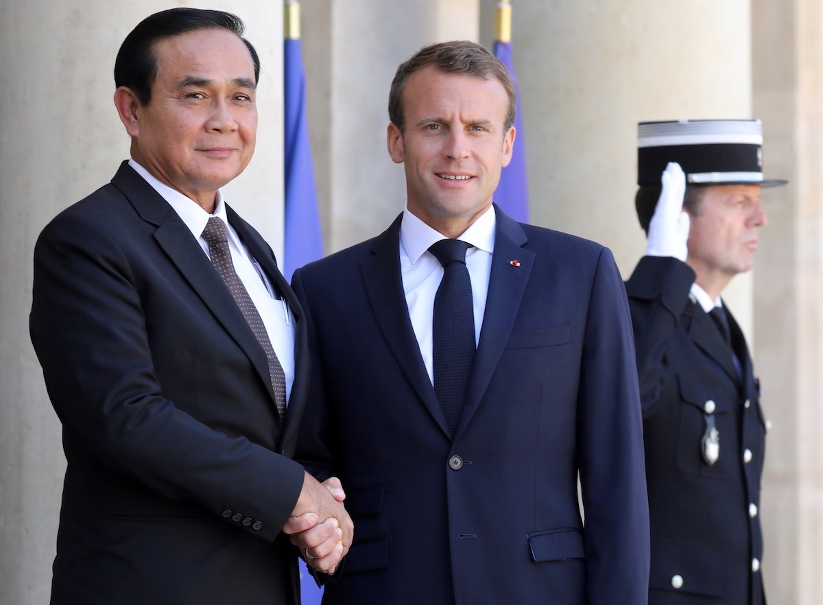 French President Emmanuel Macron (C) welcomes Thailand's Prime Minister Prayut Chan-ocha ahead of a meeting at the Elysee Palace in Paris on June 25, 2018. Photo: AFP/ Ludovic Marin