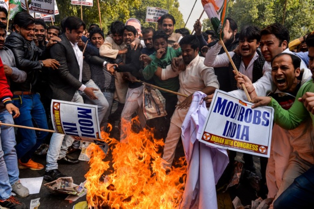 Supporters of India's Congress party shout slogans and burn an effigy of billionaire jeweler Nirav Modi in New Delhi on February 16, 2018. Photo: AFP