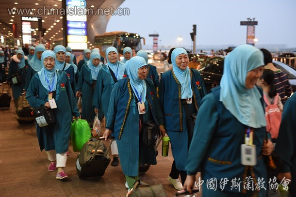 Chinese Muslims board planes to Saudi Arabia at Beijing Capital International Airport. Photo: Islamic Association of China