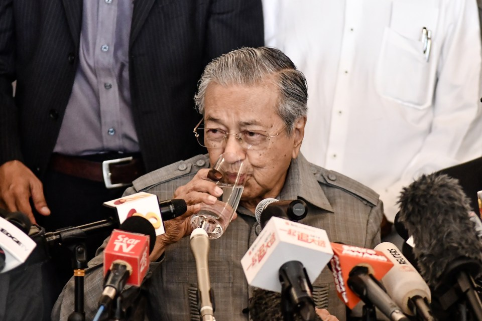 Malaysia Prime Minister Mahathir Mohamad drinks a glass of water during a press conference, May 10, 2018. Photo: AFP Forum/ Muhammad Shahrizal