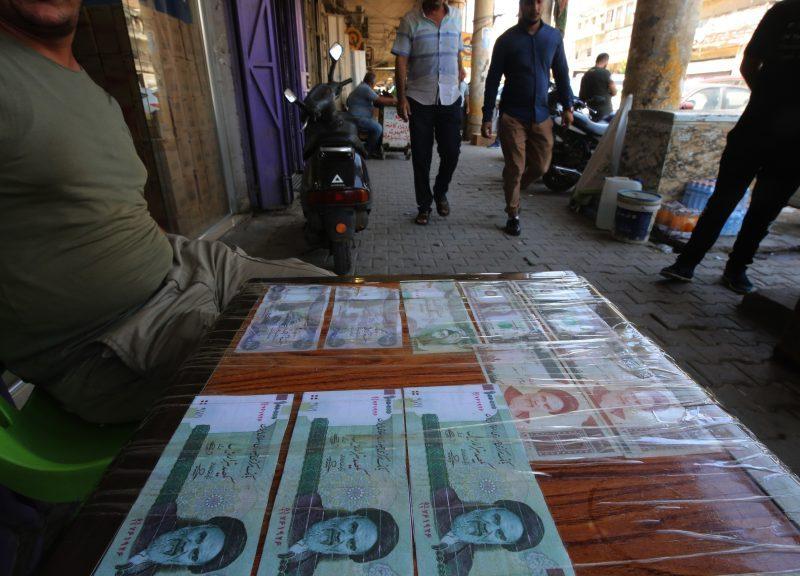 2018年8月9日,一名伊拉克小販在首都巴格達展示出售的伊朗貨幣。在其主要盟友德黑蘭和華盛頓的交戰中,伊拉克經濟可能受美國對伊朗重啟制裁影響,成為最嚴重附帶損害。相片:AFP / Ahmad Al-Rubaye