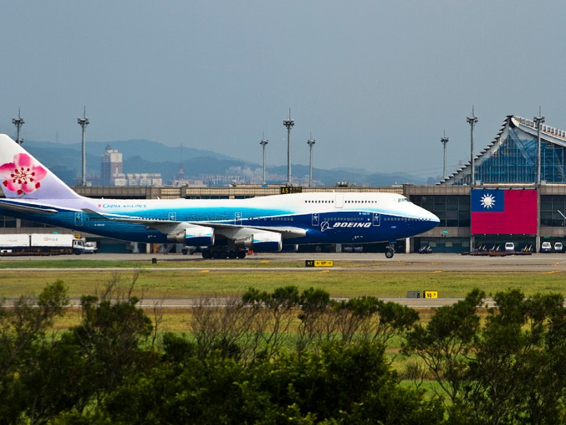 A China Airlines Boeing 747 next to a Republic of China (Taiwan) flag at the island's Taoyuan Airport. Photo: blogspot.com