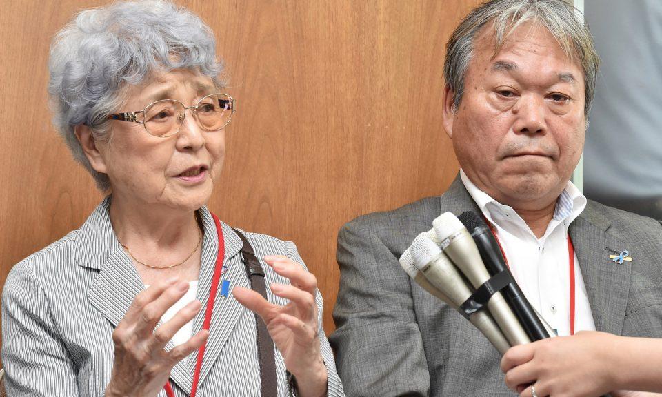 橫田惠是一名在1977年被北韓綁架的女孩,其母親橫田早紀江(Sakie Yokota,圖左) 以及受害者家屬會前事務局長增元照明(Teruaki Masumoto)在2017年8月與東京的高級官員會面後向媒體發表講話。相片:AFP / Yomiuri Shimbun