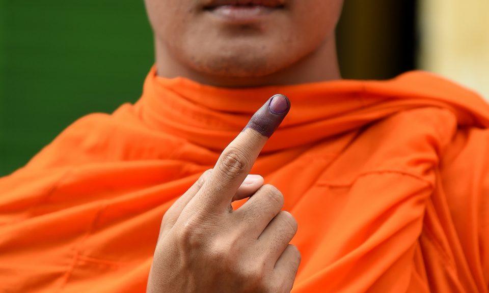 2018年7月29日,一名柬埔寨僧侶在大選投票後展示他沾上投票標記墨水的手指。相片:AFP / Manan Vatsyayana