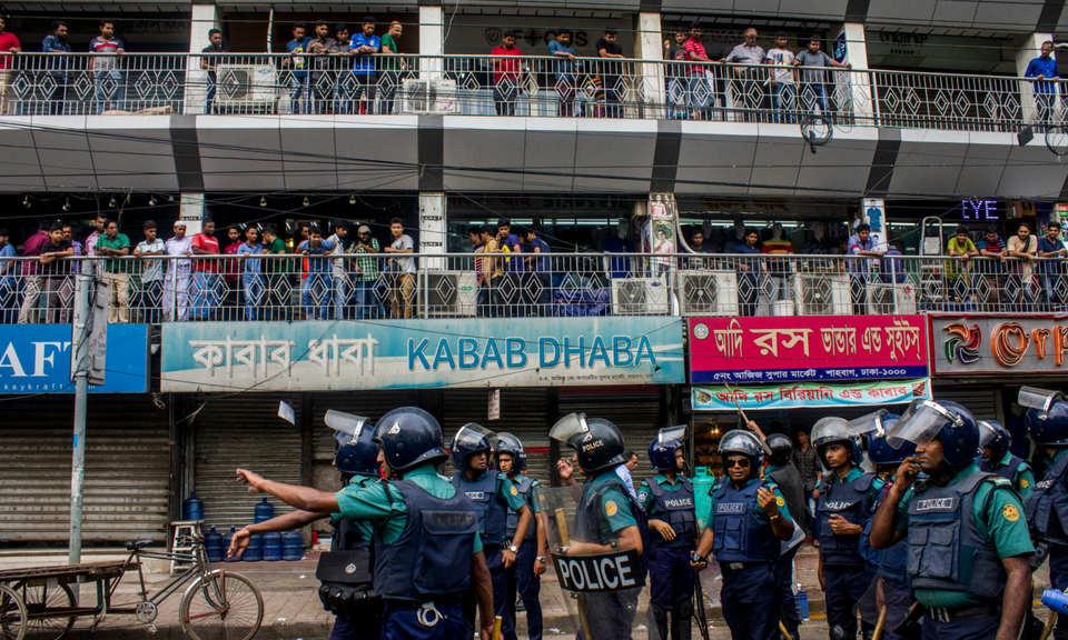 在為期9天大型抗議活動期間,學生呼籲改善道路安全,警方於2018年8月1日在達卡大學附近清場。相片:AFP / Khandaker Azizur Rahman Sumon / NurPhoto