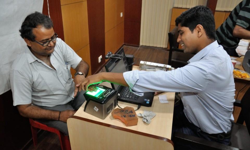 一名公民正被收集生物識別數據以制造Aadhaar卡。相片:Wikipedia Commons