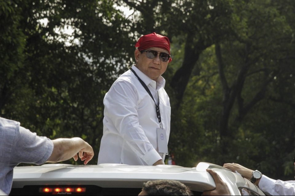 Presidential candidate Prabowo Subianto greets his supporters after registering his candidacy for 2019 elections in front of General Elections Commission (KPU) office, Jakarta, August 10 2018. Photo: Andalou via AFP Forum/ Eko Siswono Toyudho